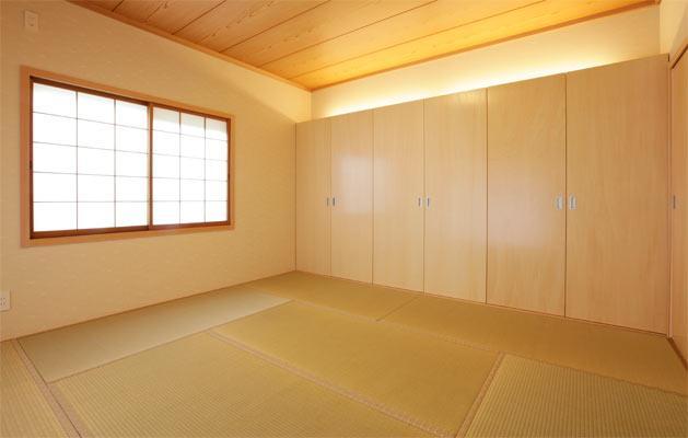 『houseS』光の間が家族間のコミュニケーションを育む家 (壁一面クローゼットの和室)