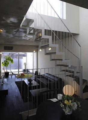 『モデルルーム Sunlight of calm』彩り豊かな住まいの部屋 ダイニングより階段・リビングを見る