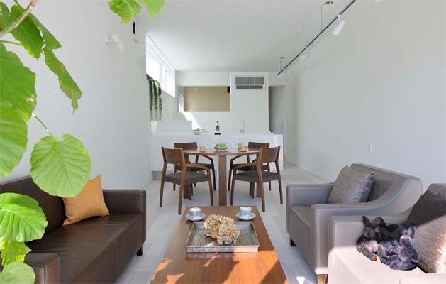 『モデルルーム Sunlight of calm』彩り豊かな住まいの部屋 白と茶のコントラストが美しいLDK