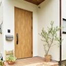 木製ドアが映える玄関ポーチ