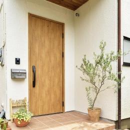 S邸・「解放感!」吹き抜けのある家 (木製風ドアが映える玄関ポーチ)