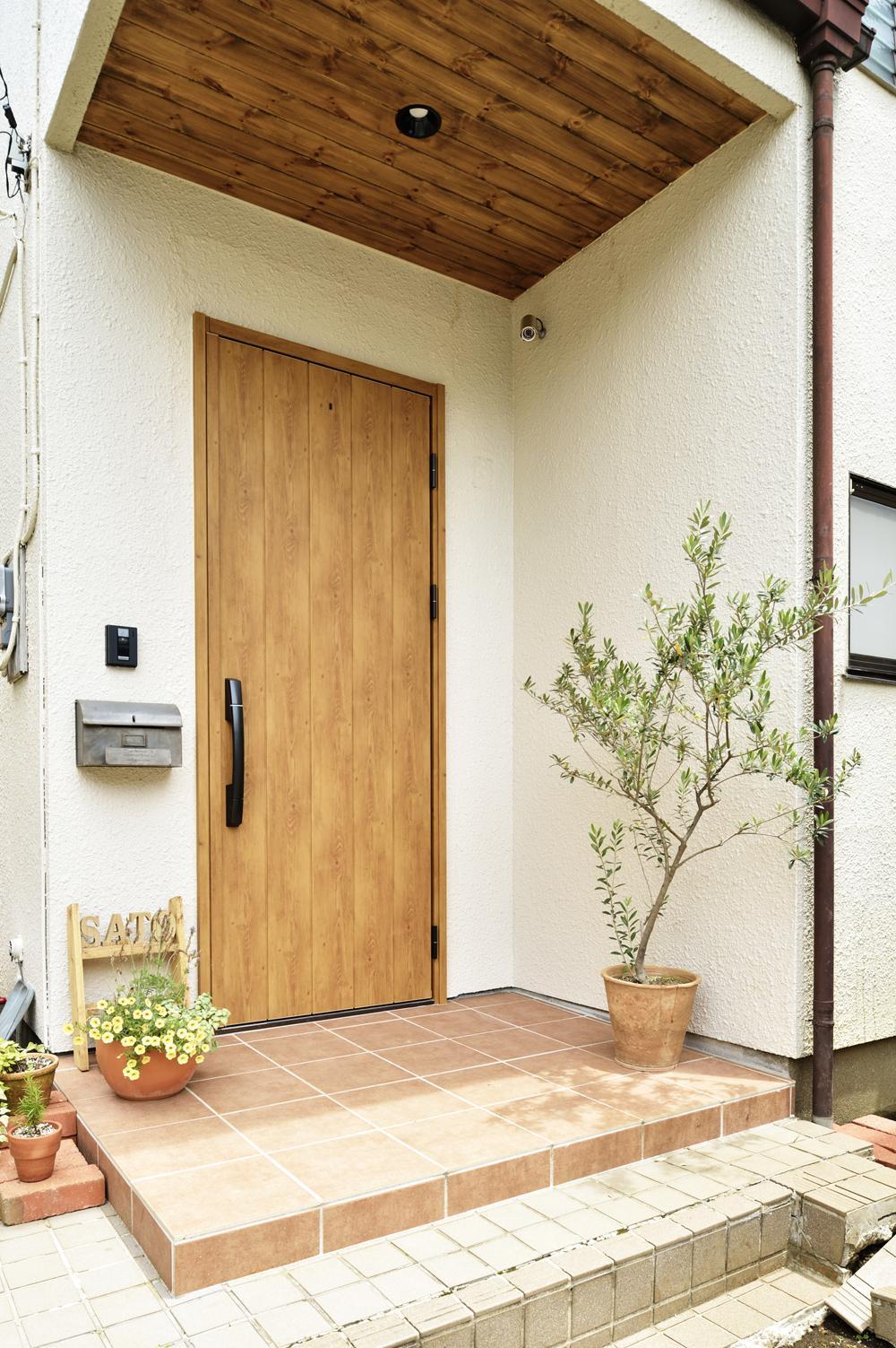 S邸・「解放感!」吹き抜けのある家の写真 木製風ドアが映える玄関ポーチ