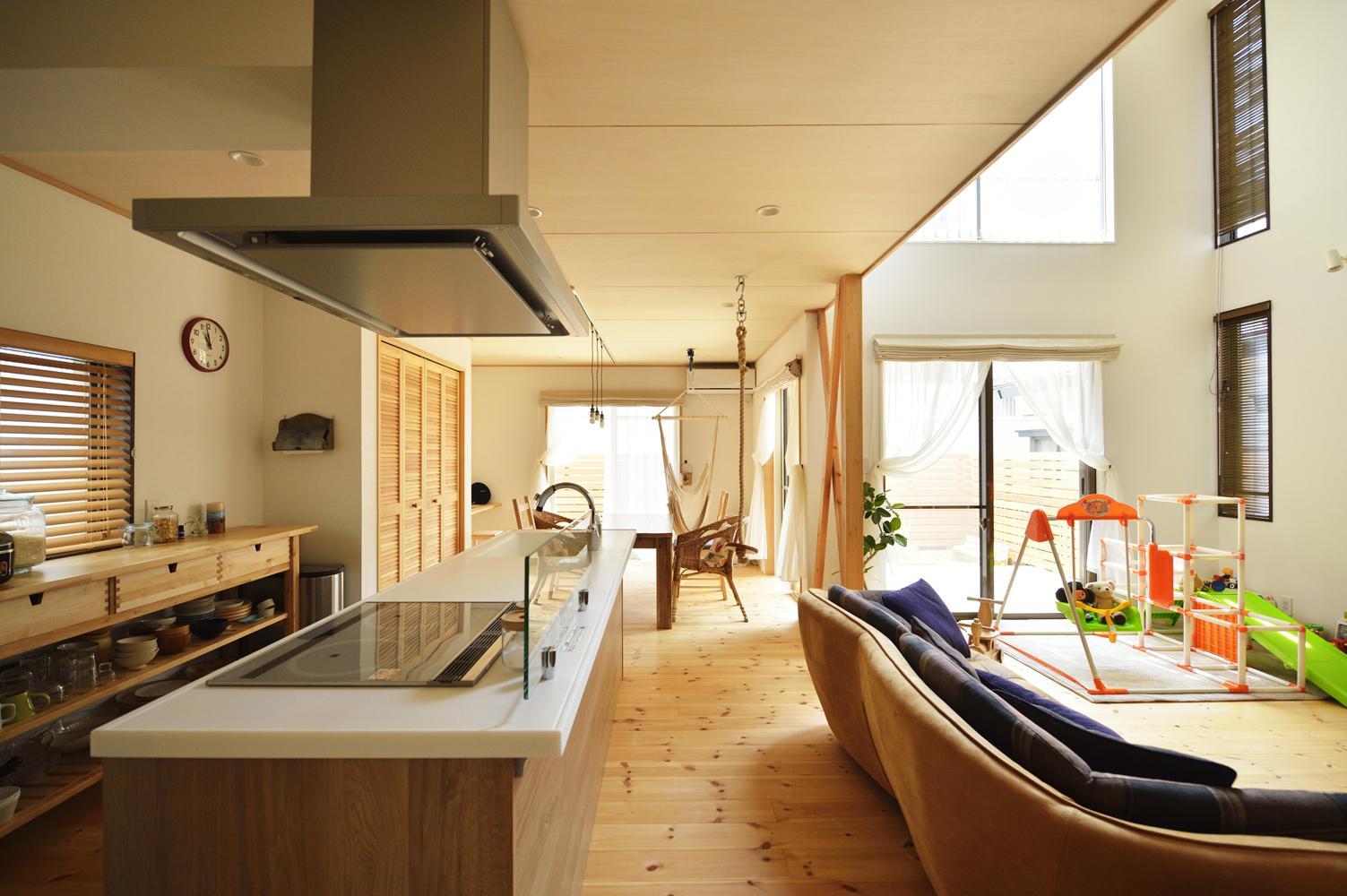 S邸・「解放感!」吹き抜けのある家の写真 光と風を通す明るく開放的なLDK