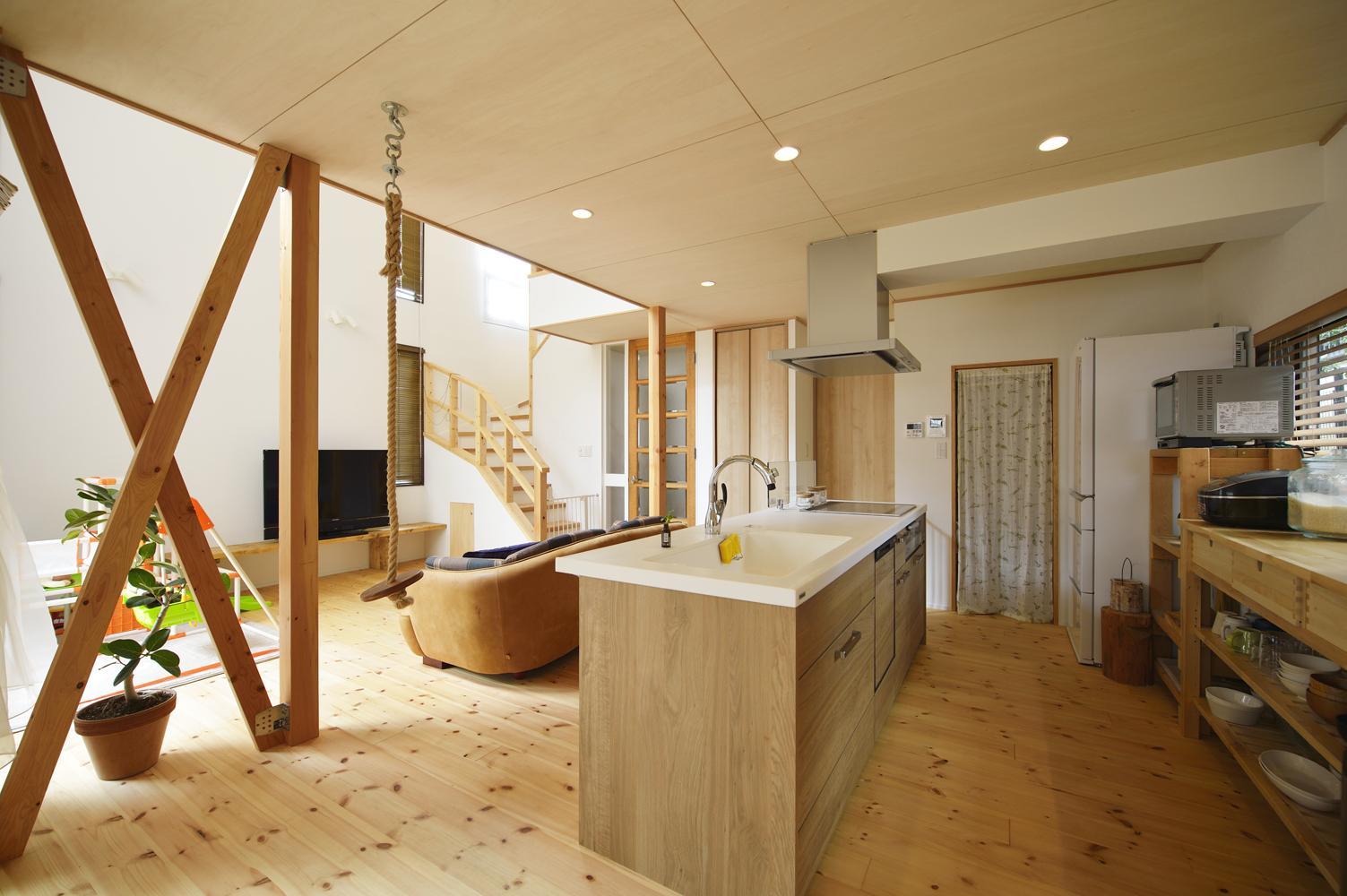 S邸・「解放感!」吹き抜けのある家の写真 アイランド型のオープンキッチン