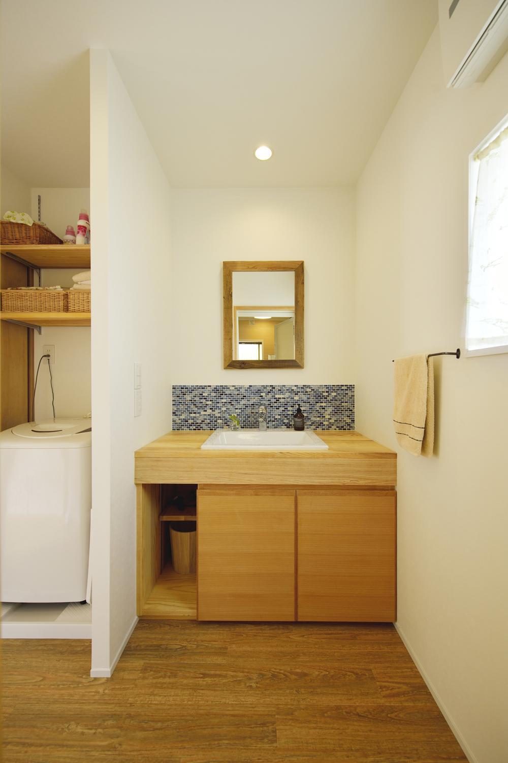 S邸・「解放感!」吹き抜けのある家の部屋 ブルータイルがアクセントの洗面スペース