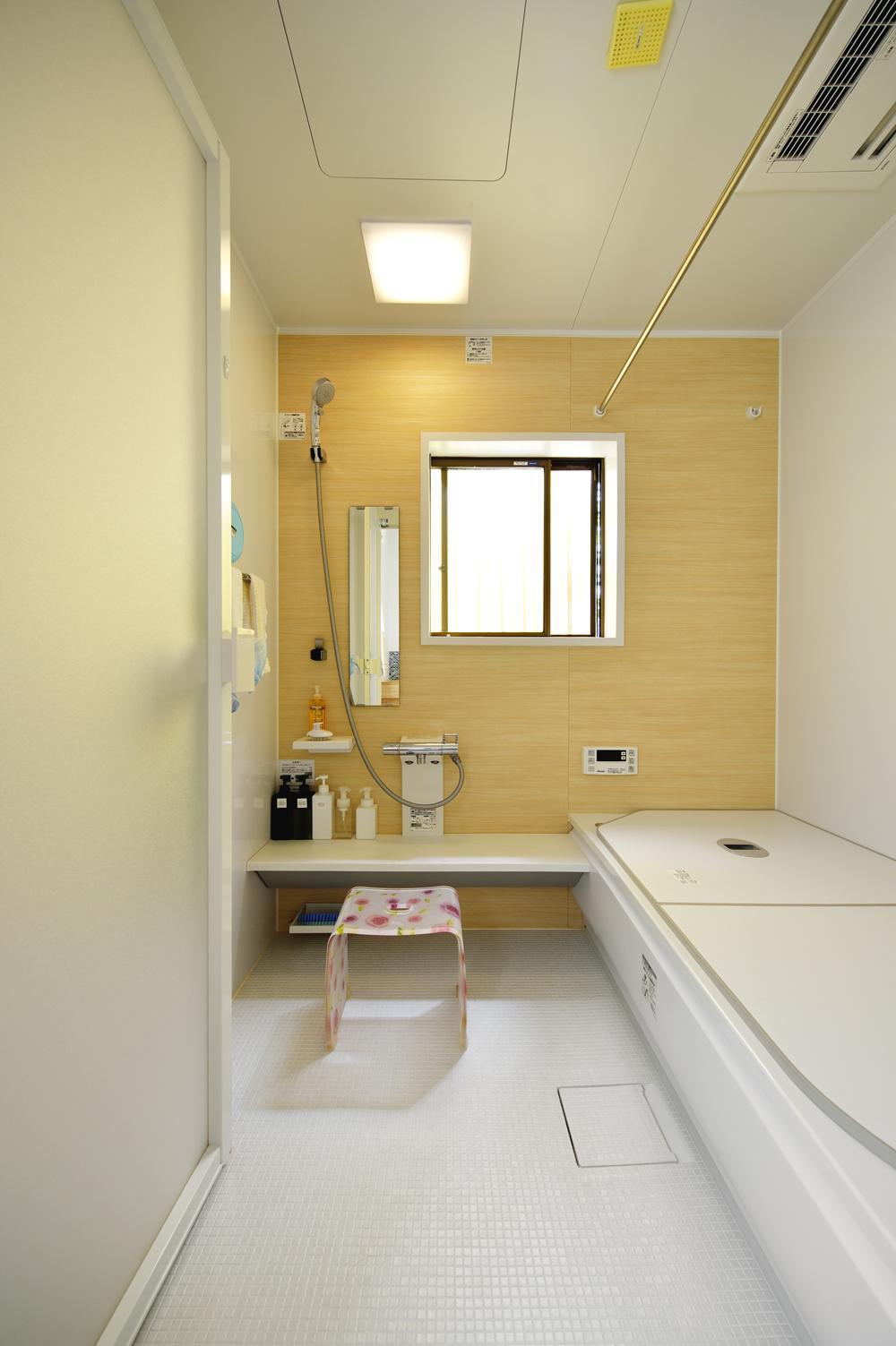 S邸・「解放感!」吹き抜けのある家の写真 明るいバスルーム