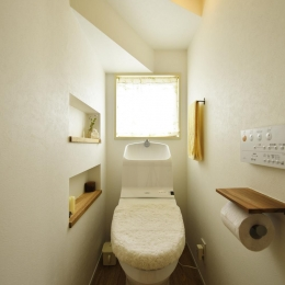 S邸・「解放感!」吹き抜けのある家 (階段下のトイレ)