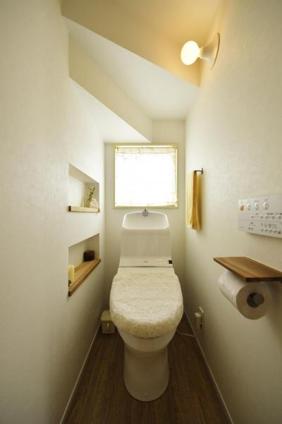 階段下のトイレ (S邸・「解放感!」吹き抜けのある家)