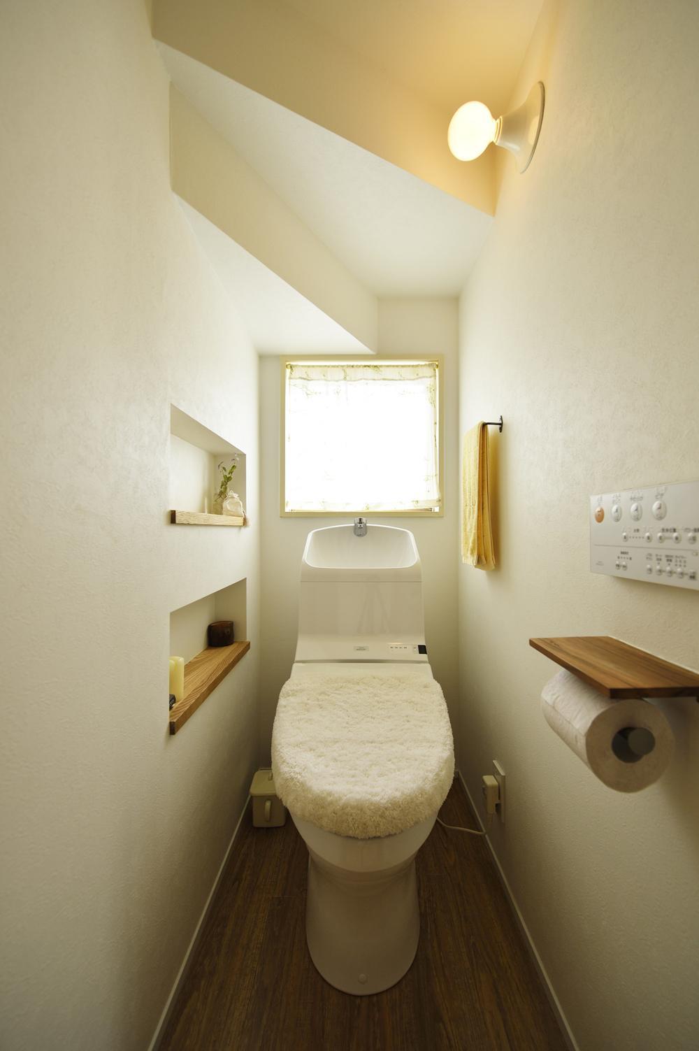 S邸・「解放感!」吹き抜けのある家の写真 階段下のトイレ