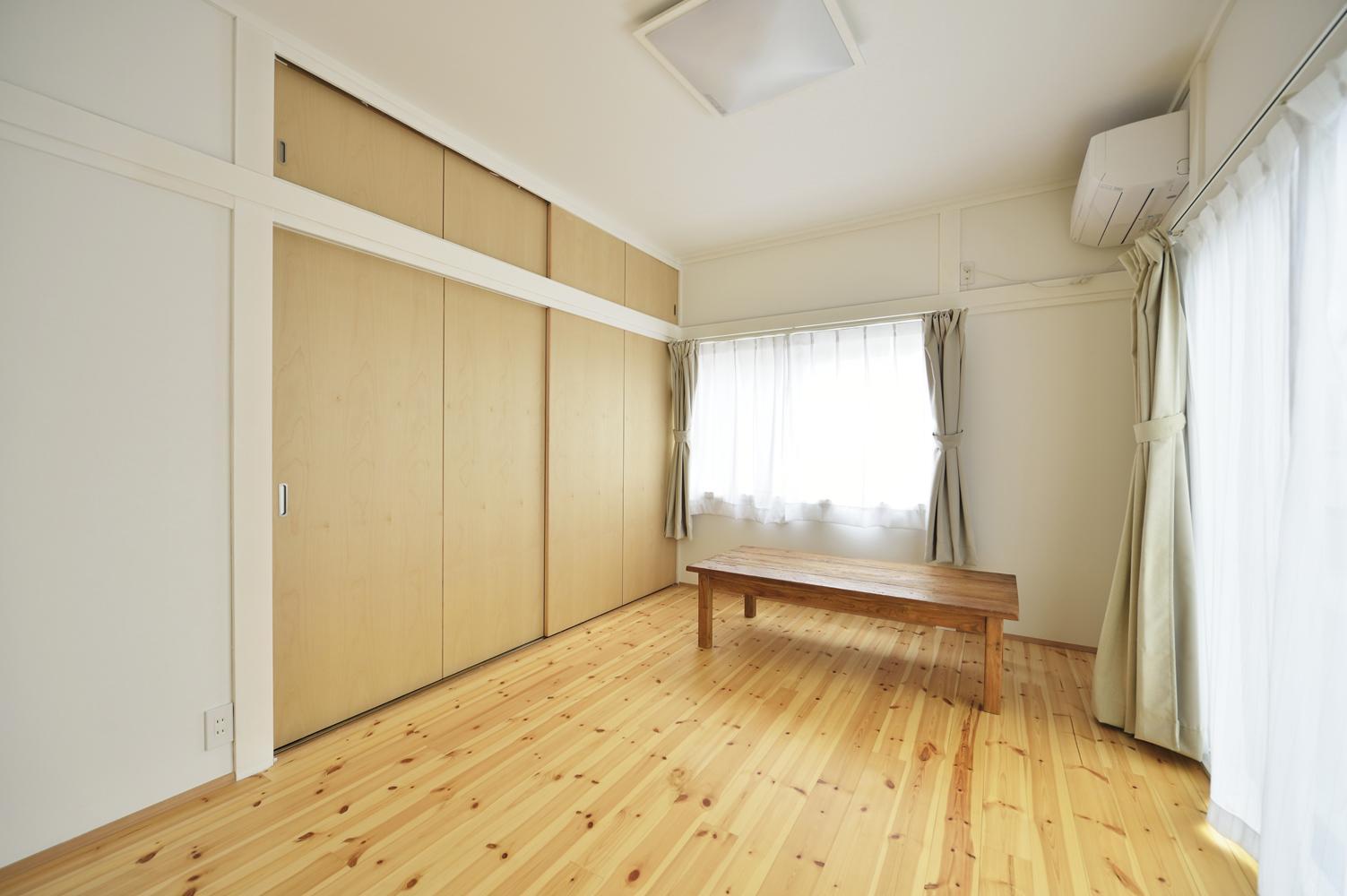 S邸・「解放感!」吹き抜けのある家の写真 明るく開放的な洋室