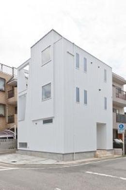 『SS-stadium』小さくても楽しくおおらかに暮らせる家 (白一色のシンプルな外観)