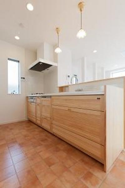 テラコッタ調フロアタイル床のキッチン (『SS-stadium』小さくても楽しくおおらかに暮らせる家)