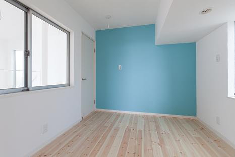『SS-stadium』小さくても楽しくおおらかに暮らせる家の写真 洋室-スカイブルーのアクセントクロス