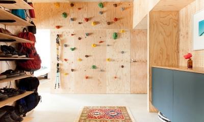玄関ホール(ボルダリングスペース)|団地リノベーション!休日は家でボルダリング アウトドアを楽しむ家