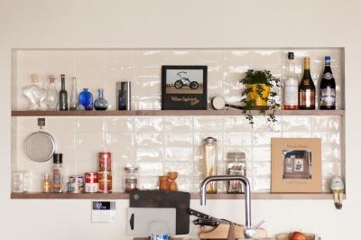団地リノベーション!休日は家でボルダリング アウトドアを楽しむ家 (キッチンのディスプレイ棚)