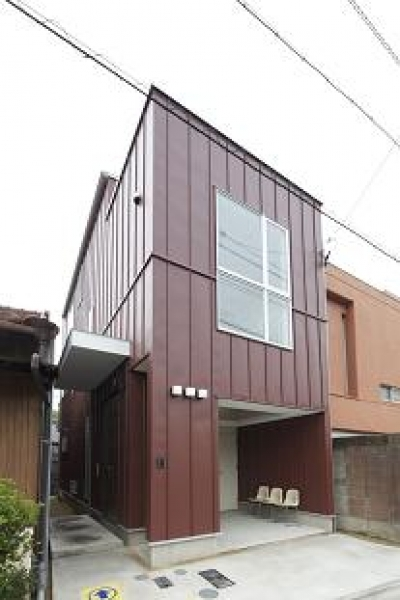 『Hat-Roof House』モノトーン×クールな狭小住宅 (大きな窓がアクセントの外観)