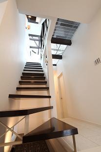 『Hat-Roof House』モノトーン×クールな狭小住宅の部屋 スケルトン階段