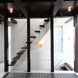『Hat-Roof House』モノトーン×クールな狭小住宅 (ロフトにつながる階段)