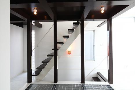 『Hat-Roof House』モノトーン×クールな狭小住宅の部屋 ロフトにつながる階段