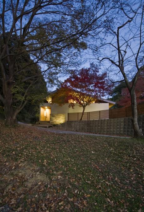 『広明町の家』緩やかな時間が流れる寛ぎの住まいの部屋 外観夕景
