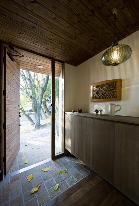 『広明町の家』緩やかな時間が流れる寛ぎの住まいの部屋 深みのある玄関ホール