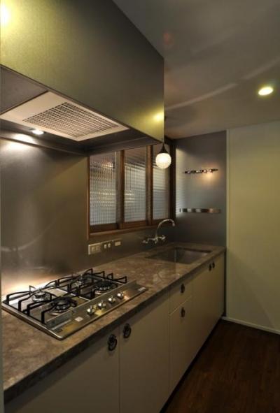 落ち着きのある独立型キッチン (『広明町の家』緩やかな時間が流れる寛ぎの住まい)