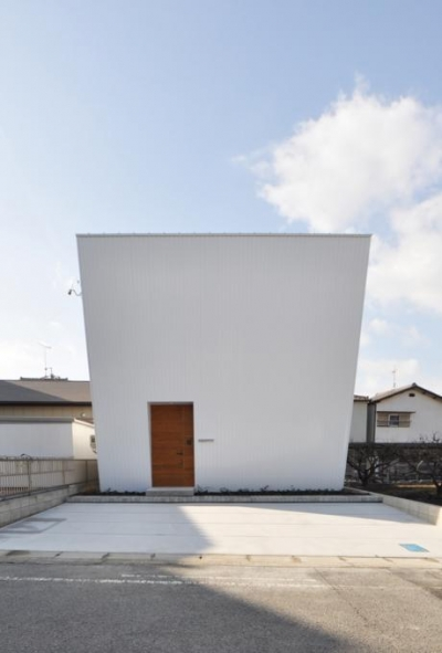 窓のない真っ白のファサード (『富木島の家』クール&斬新デザインの都会的な住まい)