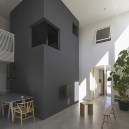 『富木島の家』クール&斬新デザインの都会的な住まい (斬新デザインの吹き抜けリビング)