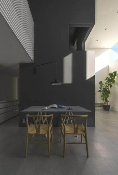 モノトーンのクールなダイニング (『富木島の家』クール&斬新デザインの都会的な住まい)
