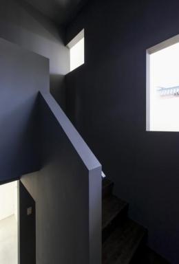 『富木島の家』クール&斬新デザインの都会的な住まい (壁に囲まれた階段室)
