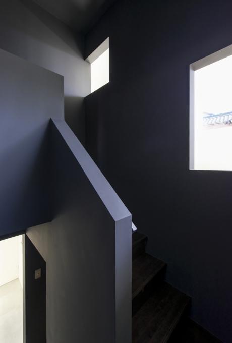 『富木島の家』クール&斬新デザインの都会的な住まいの部屋 壁に囲まれた階段室