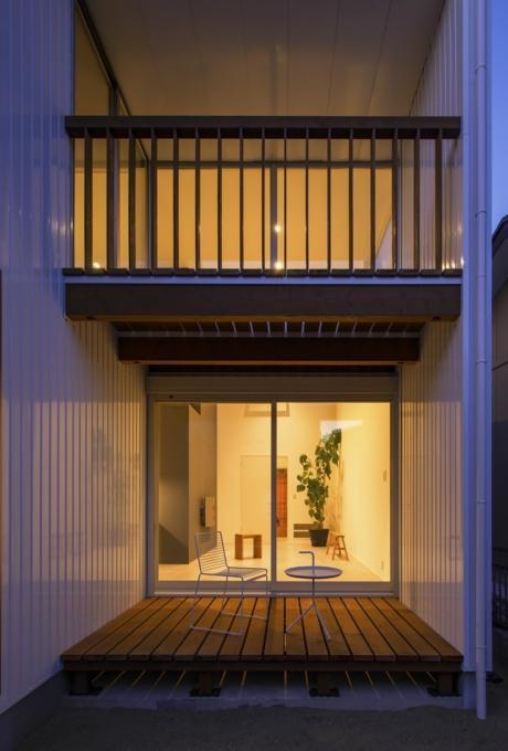 『富木島の家』クール&斬新デザインの都会的な住まいの部屋 プライベートデッキ
