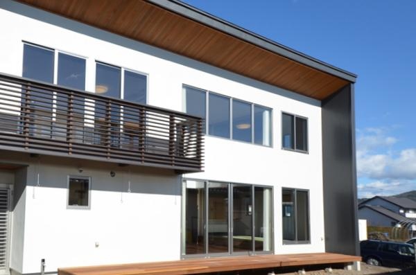 『六供後の家』門型ファサードのモダン住宅の写真 南面外観