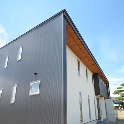 『六供後の家』門型ファサードのモダン住宅の写真 門型外皮のガルバリウム鋼板