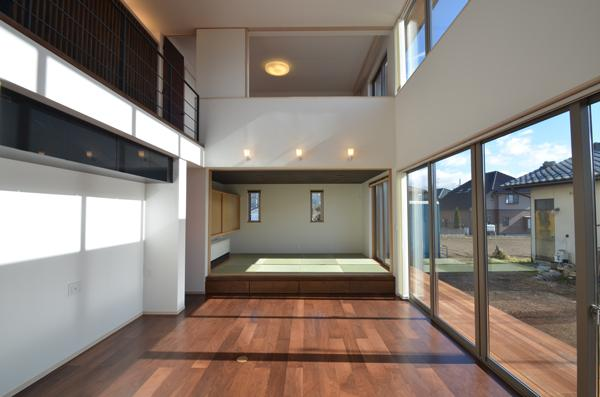 『六供後の家』門型ファサードのモダン住宅の部屋 ヌケヌケリビング