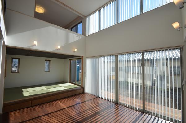 『六供後の家』門型ファサードのモダン住宅 (シマシマブラインドのリビング)