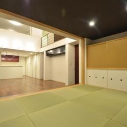『六供後の家』門型ファサードのモダン住宅 (畳室よりリビングを見る)