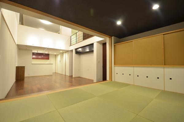 『六供後の家』門型ファサードのモダン住宅の部屋 畳室よりリビングを見る