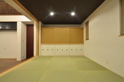 ゴロゴロ畳室 (『六供後の家』門型ファサードのモダン住宅)