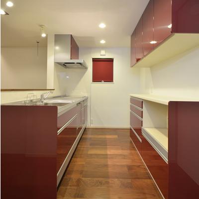 『六供後の家』門型ファサードのモダン住宅の部屋 アカアカキッチン