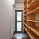 『六供後の家』門型ファサードのモダン住宅の写真 タナタナ勝手口