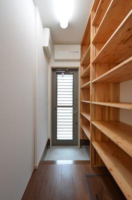 『六供後の家』門型ファサードのモダン住宅 (タナタナ勝手口)