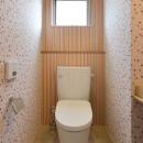 『六供後の家』門型ファサードのモダン住宅の写真 ハデハデトイレ