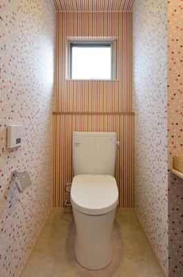 『六供後の家』門型ファサードのモダン住宅 (ハデハデトイレ)