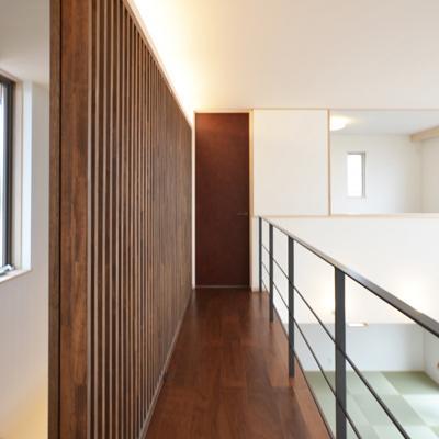 『六供後の家』門型ファサードのモダン住宅 (2階廊下-スライド格子)