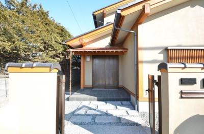 『蓬莱の家』独り暮らしと集まる家 (アプローチ・銅板葺き庇の玄関ポーチ)