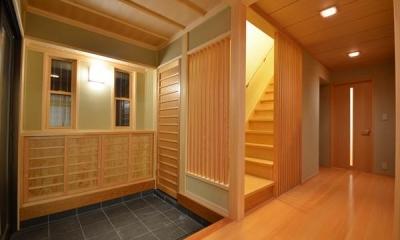 『蓬莱の家』独り暮らしと集まる家 (瓦タイル敷きの和風玄関)