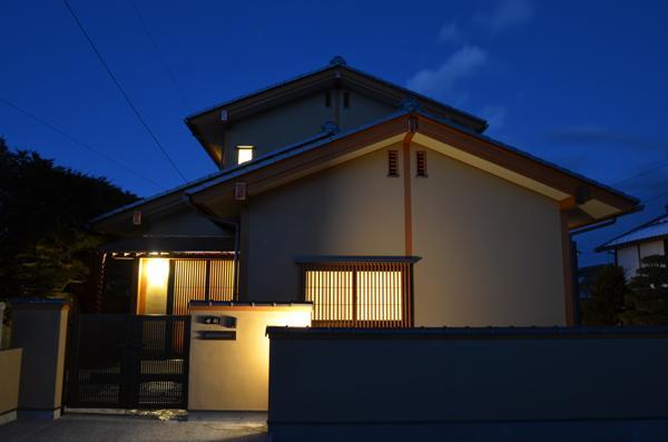 『蓬莱の家』独り暮らしと集まる家 (外観夜景)