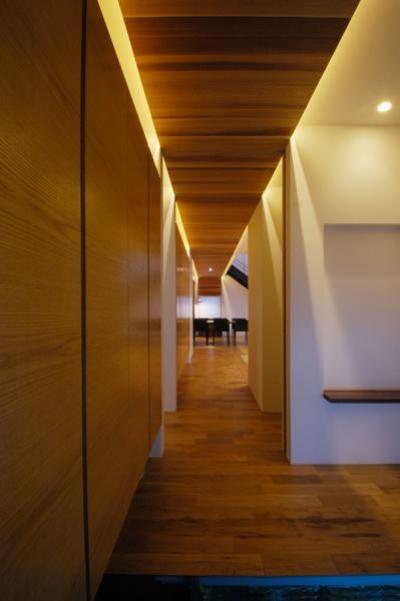 『HOUSE YT』洗練されたスタイリッシュな住宅 (落ち着きのある玄関ホール)