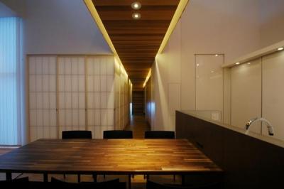 『HOUSE YT』洗練されたスタイリッシュな住宅 (ダイニングより玄関を見る)